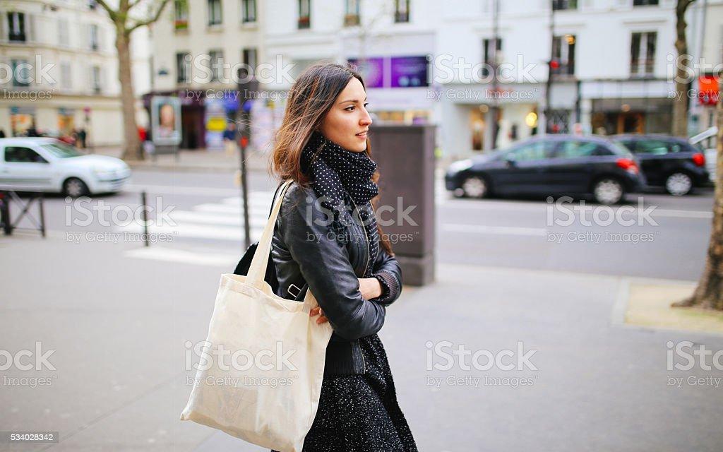 Joven mujer caminando parisino - foto de stock