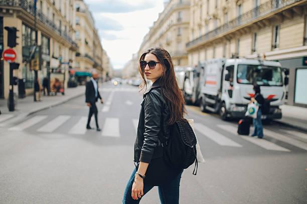 若いパリの女性を歩く - パリのファッション ストックフォトと画像