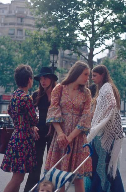 jd paris auf dem champ elysée - hippie kostüm damen stock-fotos und bilder