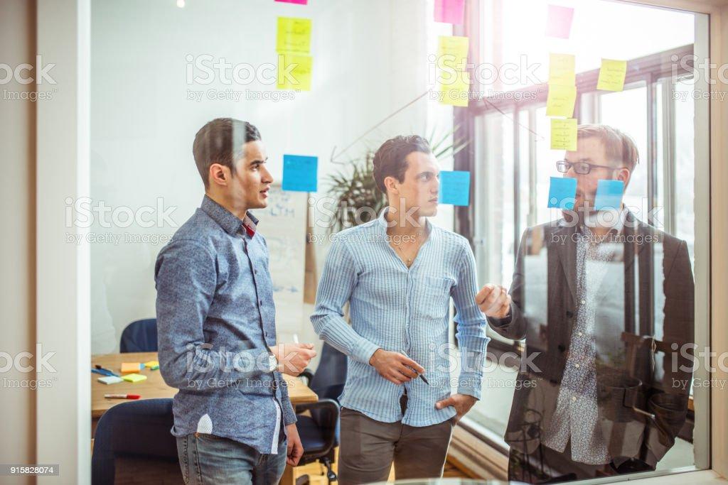 Junge Partner diskutieren Geschäftsideen – Foto