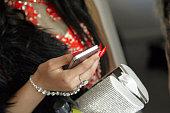 パーティを使用して若い女の子の彼女の携帯電話