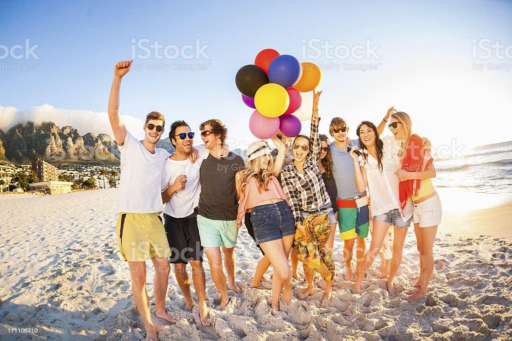 Jeune groupe de personnes s'amuser à la plage - Photo