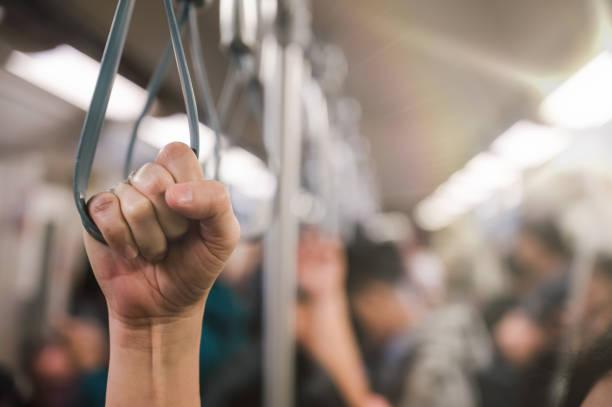 junge Passagierin Frau Hand halten Griff im Zug oder auf dem Bus für die Sicherheit. Sicherheitsreise, – Foto