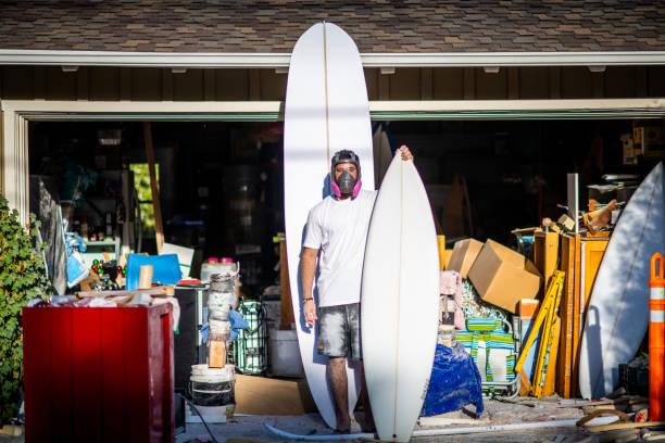unga passionerad entreprenör visar upp sin avslutade custom surfbrädor - surf garage bildbanksfoton och bilder