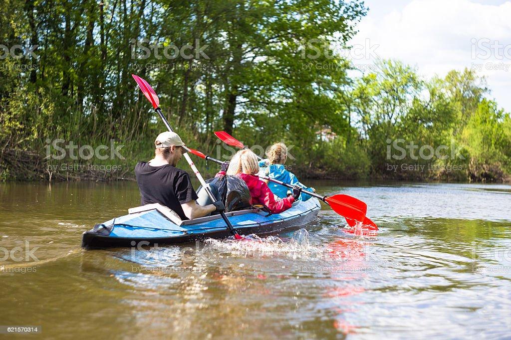Jeunes faire du kayak sur la rivière dans la nature photo libre de droits