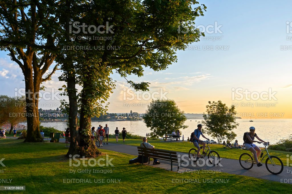 Young people biking and walking at Stanley Park - Стоковые фото Активный образ жизни роялти-фри