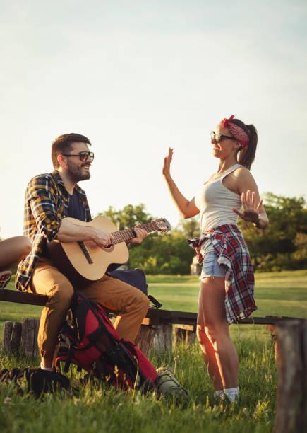 junge menschen camping gitarre spielen im freien - tanz camp stock-fotos und bilder