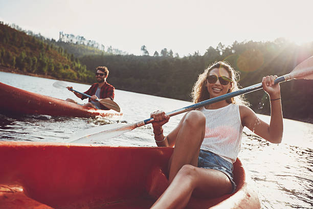 Jeunes faire du canoë dans le lac - Photo