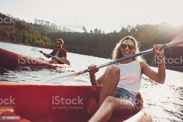 Junge Menschen Kanufahren In Einem See Stockfoto und mehr Bilder von Abenteuer