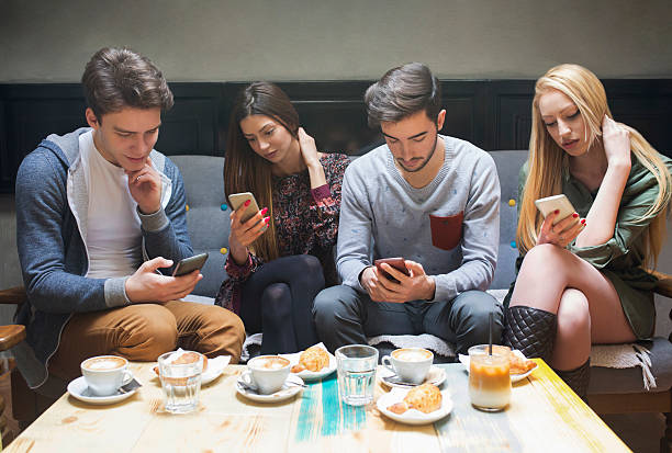 giovani-collegato e pronto - divano procrastinazione foto e immagini stock