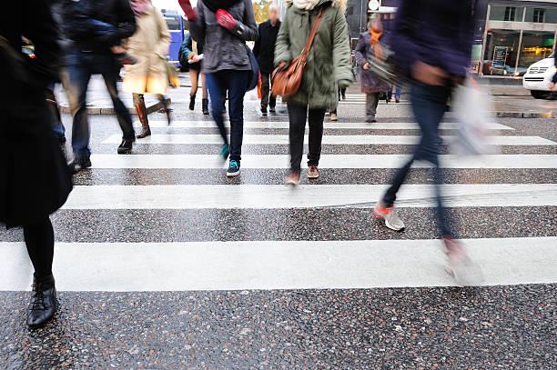 junge menschen-kreuzung straße motion blur - kinder die schnell arbeiten stock-fotos und bilder