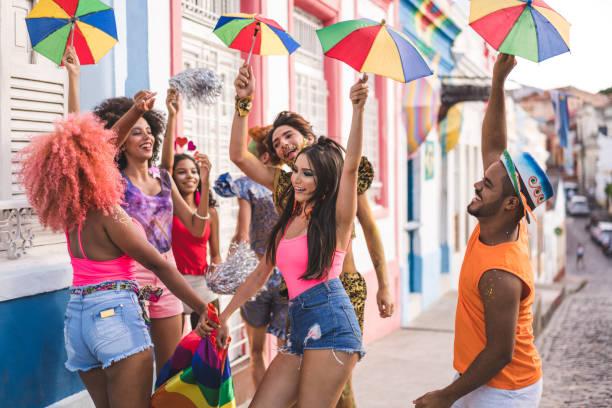 jovens dançando no carnaval de rua - recife e olinda - fotografias e filmes do acervo