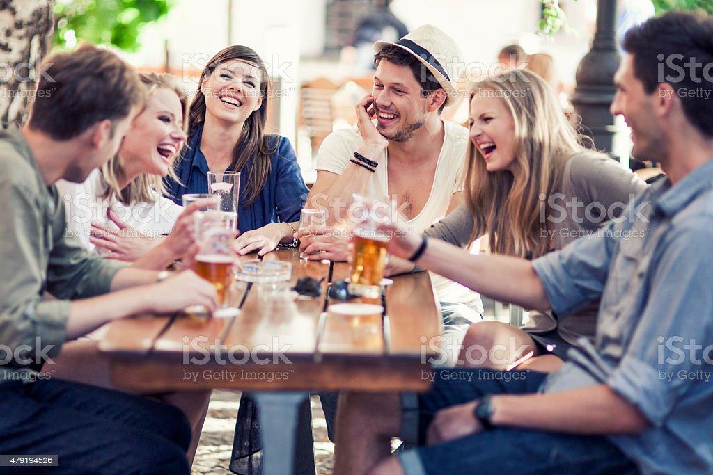 Junge Menschen trinken Bier im Freien Lizenzfreies stock-foto