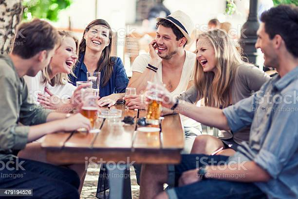 Junge Menschen Trinken Bier Im Freien Stockfoto und mehr Bilder von 2015