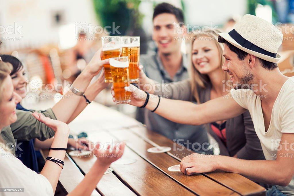 Junge Menschen trinken Bier im Freien – Foto