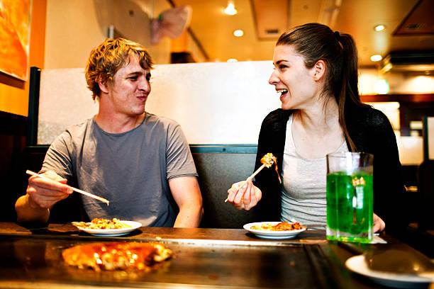食べる、日本の若者のレストラン、東京のます。 ストックフォト