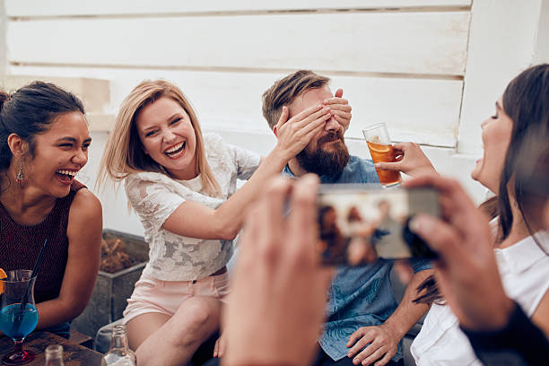 junge menschen sie eine party - dachschräge einrichten stock-fotos und bilder