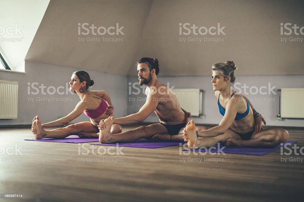 Junge Menschen, die Ausübung yoga - Lizenzfrei 2015 Stock-Foto