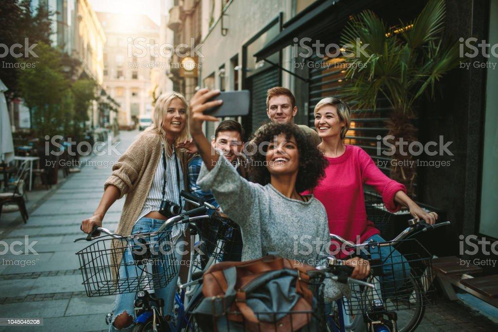 Junge Menschen, die Erkundung der Stadt auf dem Fahrrad – Foto