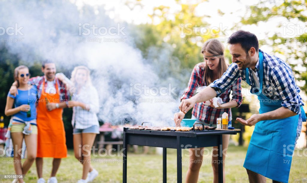 Jeunes, grillades en plein air - Photo
