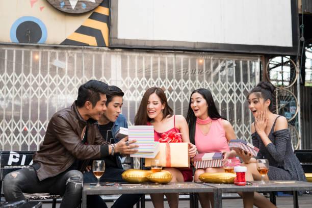 junge menschen glückliche zeit mit geschenk-box auf feier party - jugendliche geburtstag geschenke stock-fotos und bilder