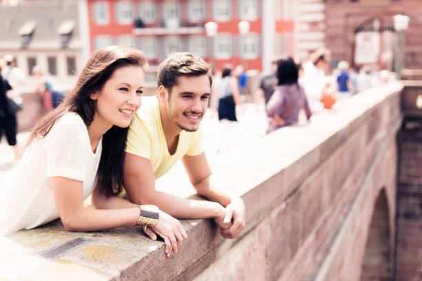 junge menschen, die einen schönen tag in der stadt - sommerferien baden württemberg stock-fotos und bilder