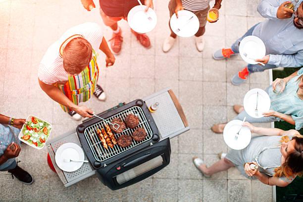 junge menschen spaß haben im barbecue-party. - paletten terrasse stock-fotos und bilder