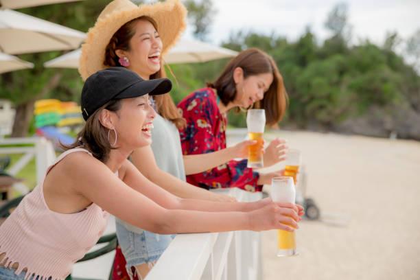 若い人たちは、夕暮れのビーチで楽しんで。 ストックフォト