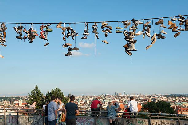 junge menschen in letna park, prag, tschechische republik - kabelschuhe stock-fotos und bilder