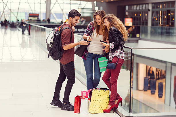 young people in the shopping mall - online shopping imagens e fotografias de stock