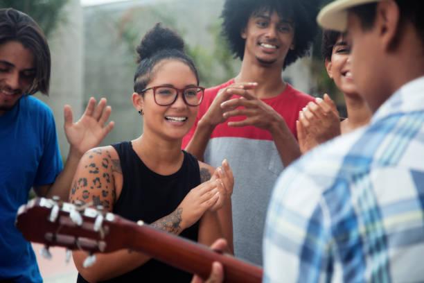 ungdomar som lyssnar på en konsert av ett exempel - street dance bildbanksfoton och bilder
