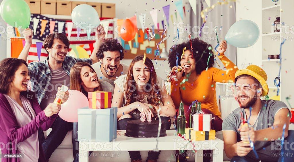 Jeunes sur un anniversaire Fête au bureau - Photo