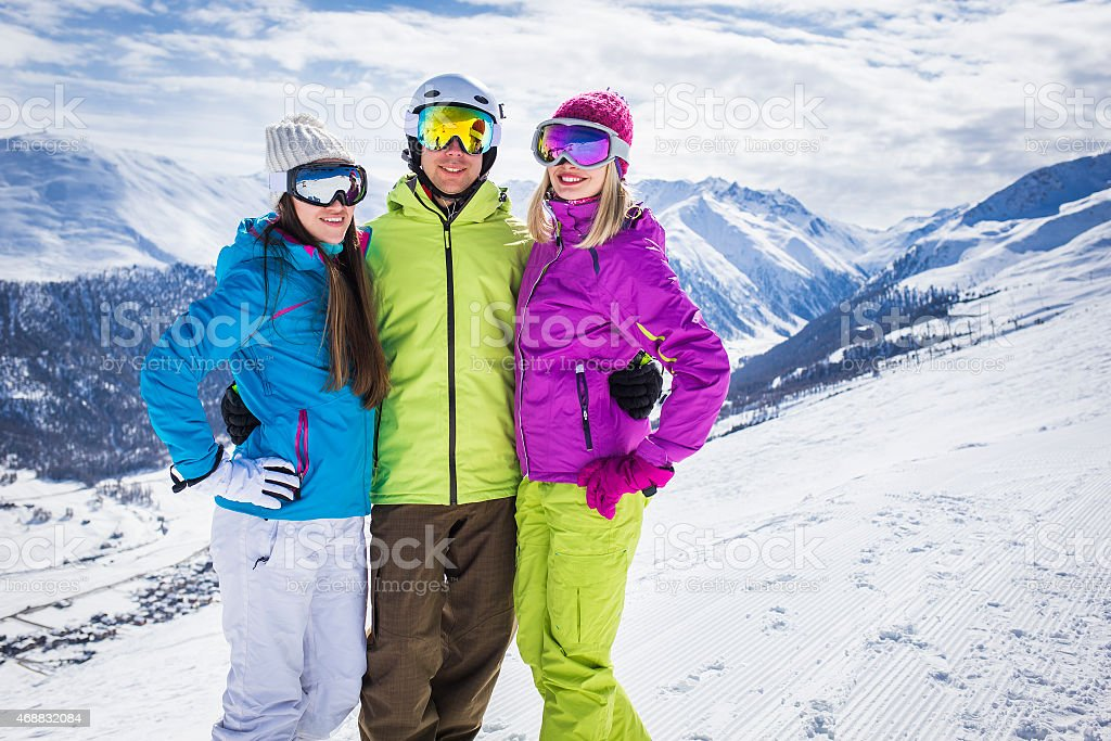 Young people on ski alpine resort de las montañas de invierno - foto de stock