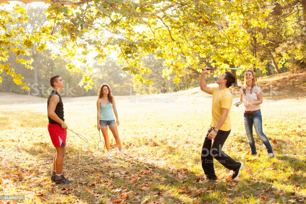Jeunes gens jouer au badminton - Photo