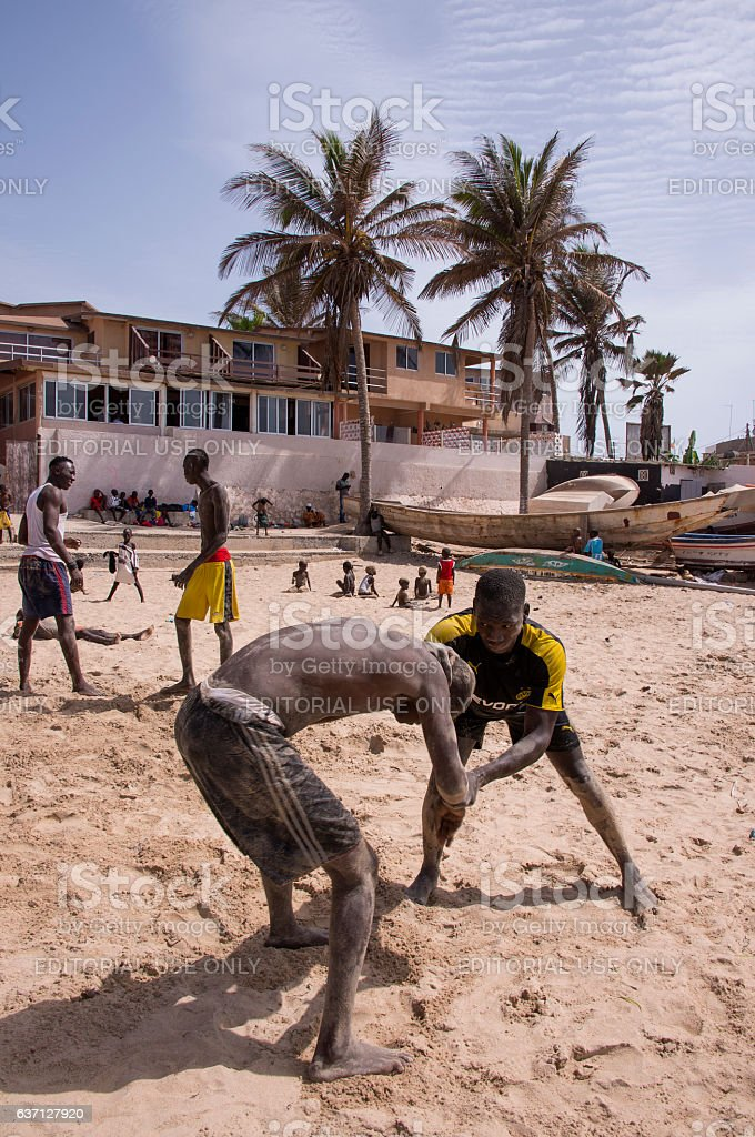 Young people practicing fighting on a beach in Dakar - foto de stock