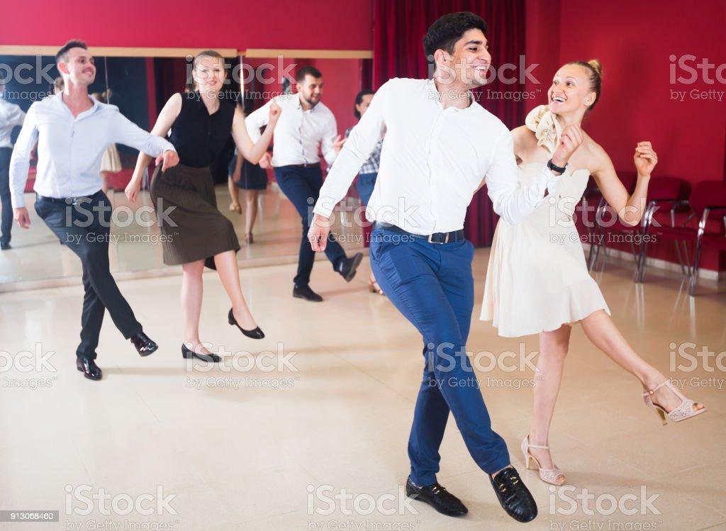 Les jeunes gens pratiquant des mouvements vigoureux jive - Photo