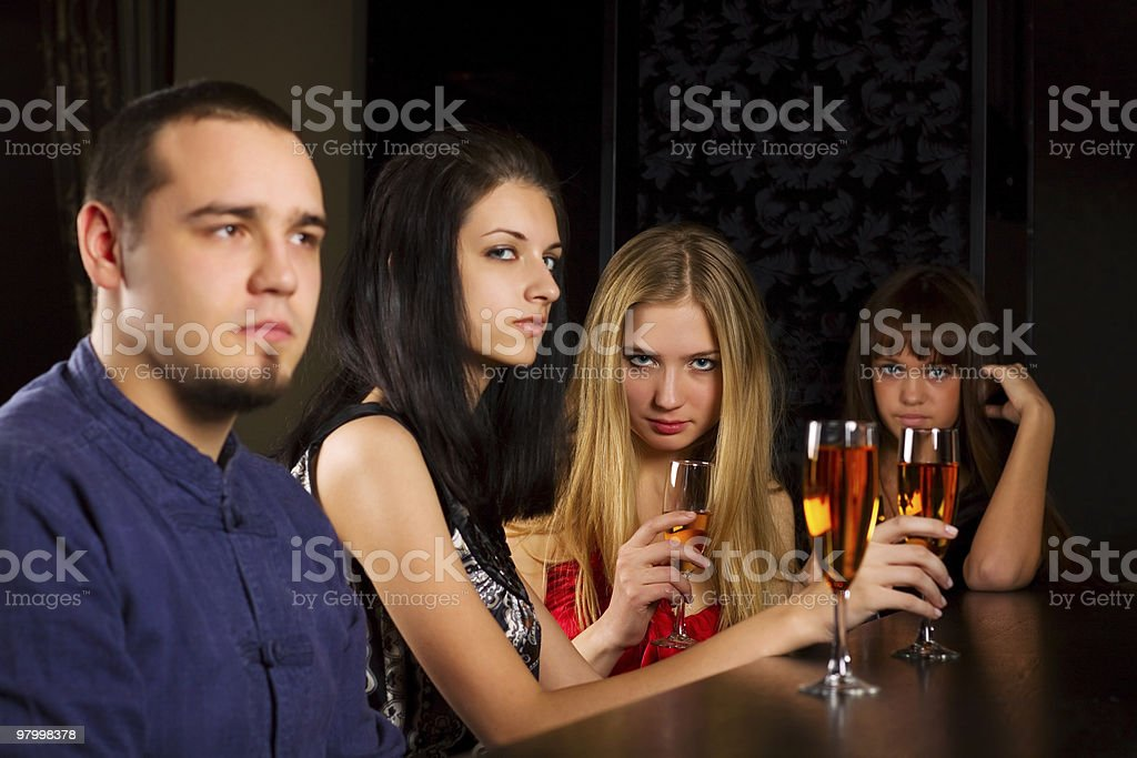 Young people relaxing in a night bar royalty free stockfoto