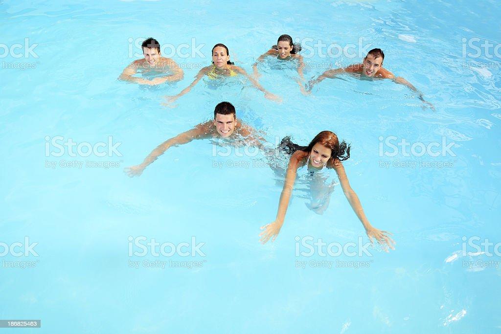 Młodzi ludzie pływania w basenie. – zdjęcie