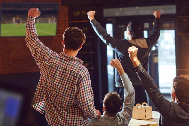 Jugendliche gucken Fußball im Fernsehen in der Bar. – Foto