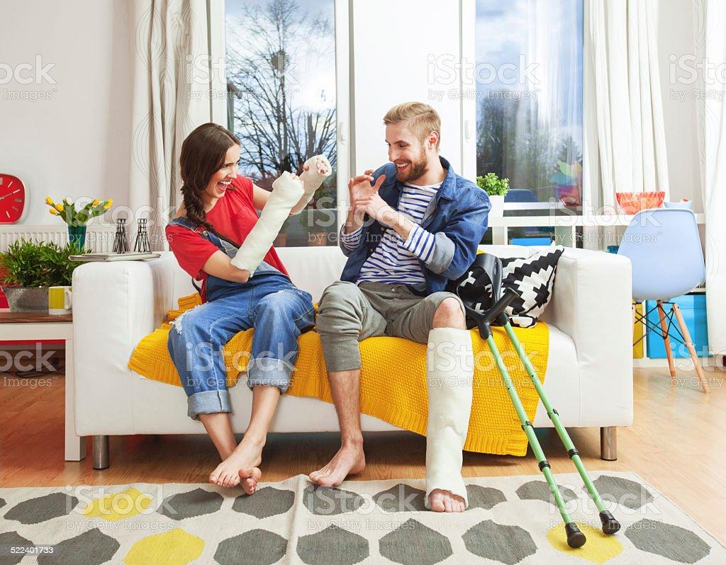 Jeunes avec une jambe cassée et les bras - Photo