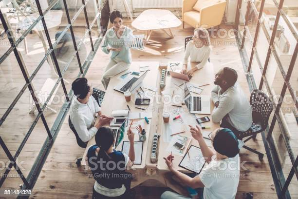 Jonge Mensen Werken In Moderne Kantoor Stockfoto en meer beelden van Afrikaanse etniciteit