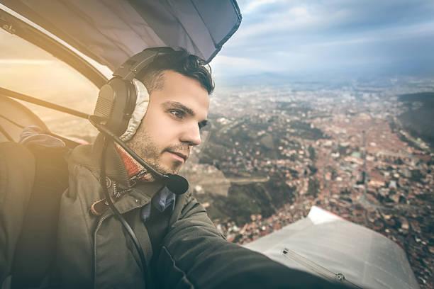 junge pilot fliegen ein ultra-leichtes modell über der stadt - flugschule stock-fotos und bilder