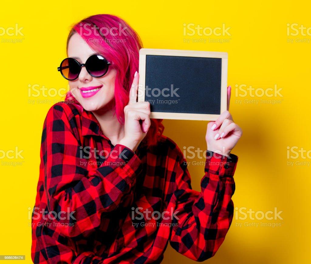 Junge Rosa Haare Mädchen in rot Tartan Shirt und board - Lizenzfrei Attraktive Frau Stock-Foto