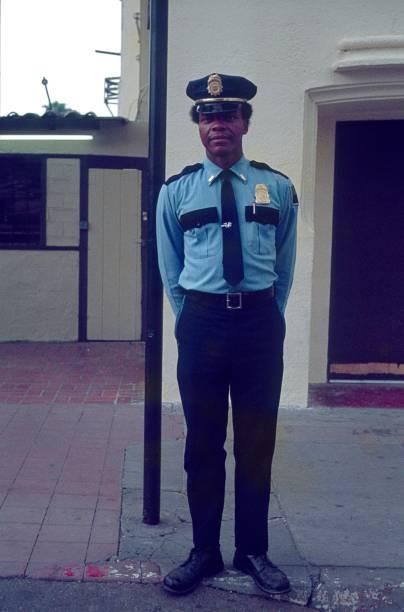 teniente de policía joven en los angeles, california - feliz dia del policia fotografías e imágenes de stock