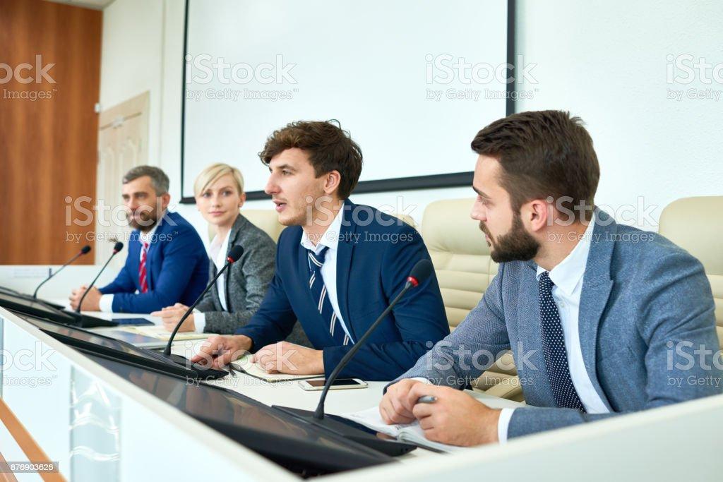 Joven político hablando en Conferencia de prensa - foto de stock