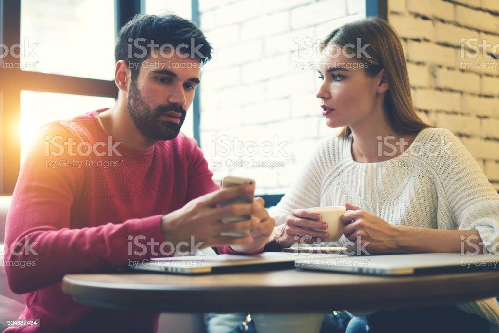 f32767b4364 Jóvenes pensando en hombre y mujer en el amor, comunicándose entre sí mientras  navega por