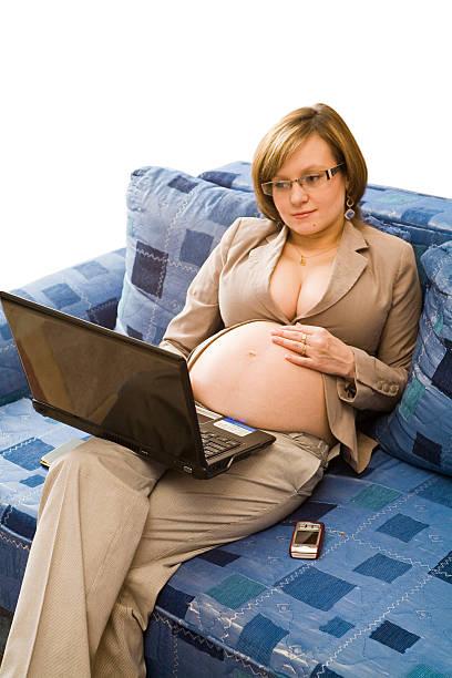 junge schwangere frau im hausaufgaben - schwanger werden rechner stock-fotos und bilder