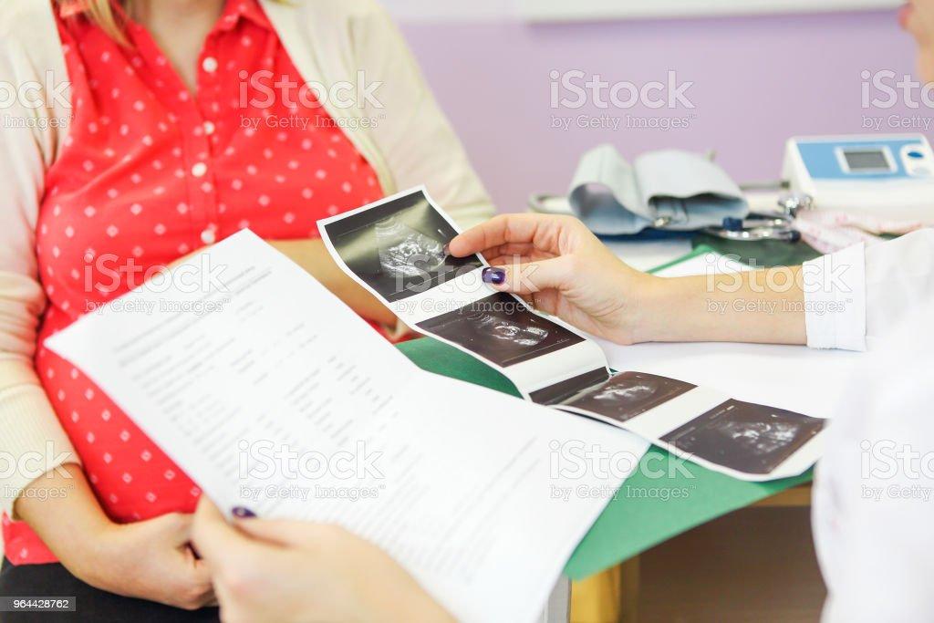 Jonge zwangere vrouw op kantoor van de artsen - Royalty-free Advies Stockfoto