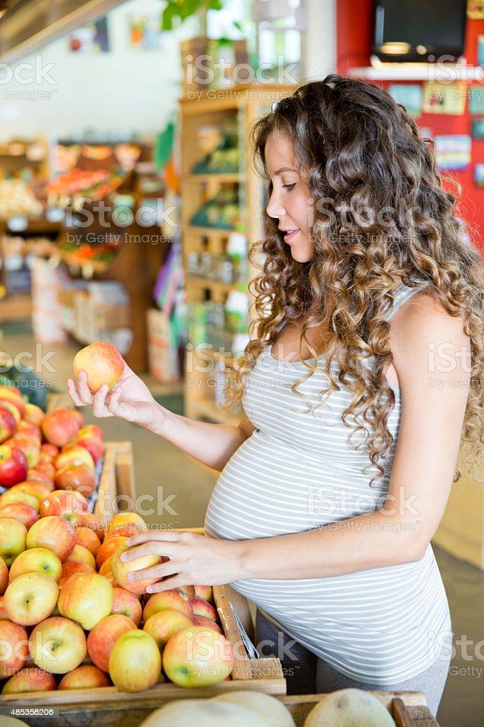Junge schwangere Frau im Supermarkt – Foto