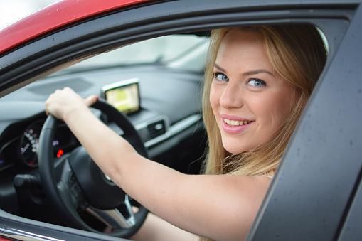 Kırmızı Arabayı Kullanan Genç Güzel Sarışın Kız Stok Fotoğraflar & Araba - Motorlu Taşıt'nin Daha Fazla Resimleri - iStock